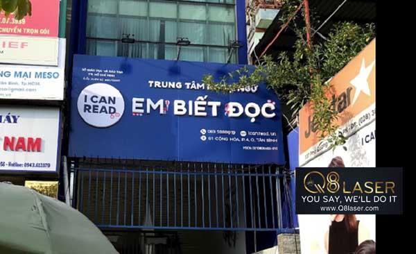 thi công biển quảng cáo trung tâm tiếng Anh