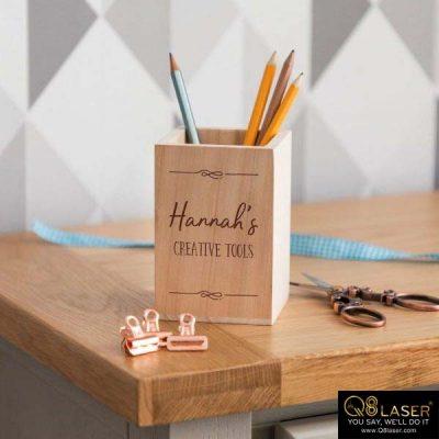 Cắt chữ gỗ lên khay cắm bút