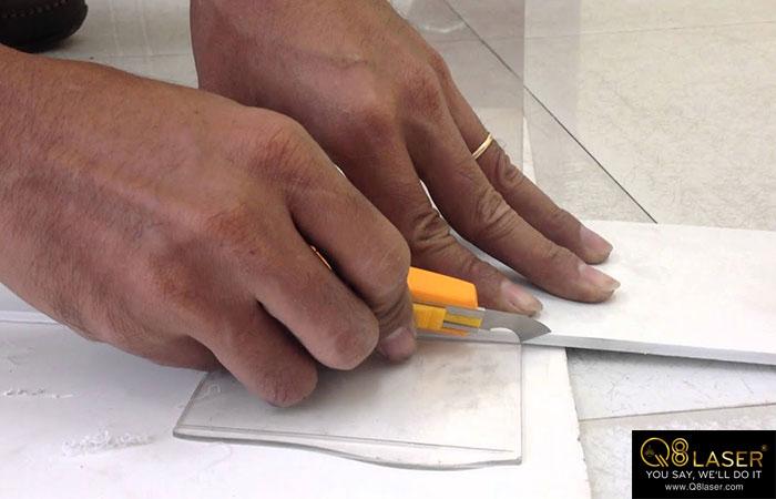Cắt tấm formex bằng tay thủ công